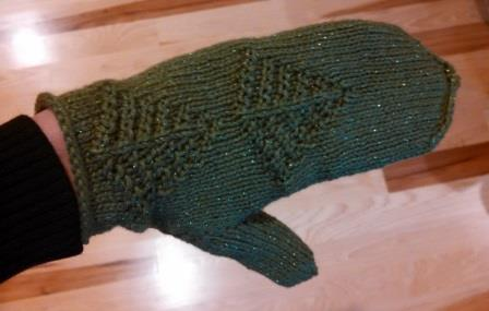 I really like the evergreen design and I think that the cotton yarn makes these mitten perfect for winter in California - when it gets, well, coolish.