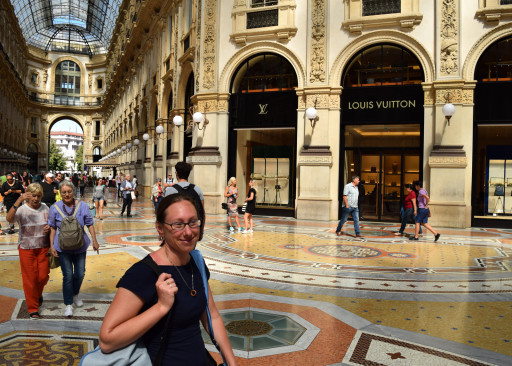 Jasmine was excited for some fancy shopping times in Milan.